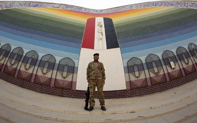 Un soldat irakien se tient à la mosquée al-Rahman, construite en 1989 après la guerre entre l'Iran et l'Irak, dans la région d'al-Faw, dans le sud du pays, le 17 septembre 2020 (Crédit :  Hussein FALEH / AFP)