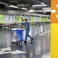 Une infirmière travaillant dans le parking souterrain du Rambam Health Care Campus qui a été transformé en centre de soins intensifs pour les patients atteints du coronavirus, dans la ville de Haïfa, au nord d'Israël, le 23 septembre 2020. (JACK GUEZ / AFP)