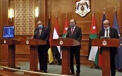 De gauche à droite : le ministre des Affaires étrangères égyptien Sameh Shoukry, son homologue jordanien Ayman Safadi et le chef de la diplomatie française Jean-Yves Le Drian lors d'une conférence de presse à Amman pendant une rencontre internationale sur le processus de paix israélo-palestinien, le 24 septembre 2020. (Crédit : Khalil Mazraawi/Pool/AFP)