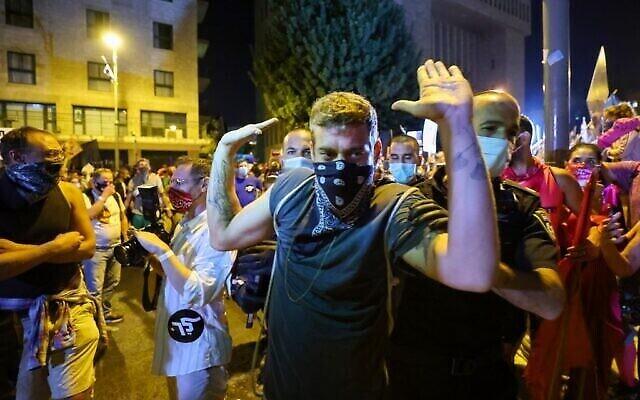 La police arrête un manifestant israélien au cours d'une manifestation, en plein confinement, devant la résidence du Premier ministre Benjamin Netanyahu à Jérusalem, réclamant sa démission, le 26 septembre 2020 (Crédit : EMMANUEL DUNAND / AFP)
