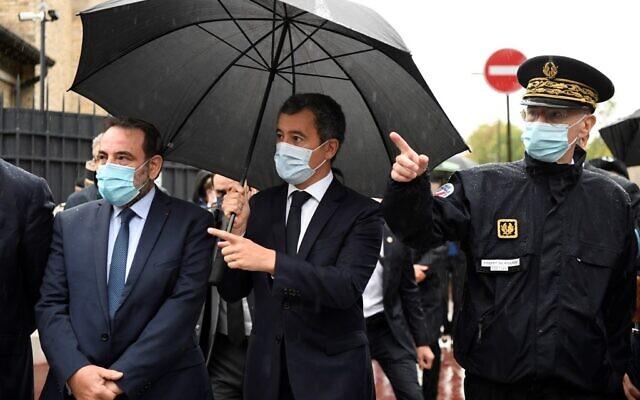 Le ministre français de l'Intérieur Gérald Darmanin (au centre), à côté du président du Consistoire central israélite de France Joel Mergui (à gauche) et le préfet de police de Paris Didier Lallement (à droite), lors d'une visite à la synagogue de Boulogne-Billancourt, dans le banlieue de Paris, le 27 septembre 2020. (Bertrand GUAY / POOL / AFP)