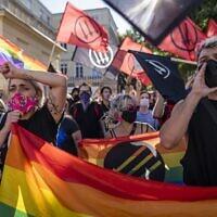Des membres de la communauté LGBT organisent une contre-manifestation contre des nationalistes polonais, des hooligans et des organisations d'extrême droite à Varsovie, le 16 août 2020. (Wojtek RADWANSKI / AFP)