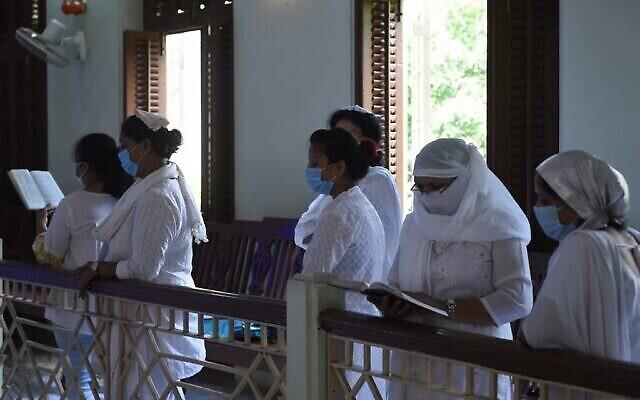Des femmes Juives prient pendant Yom Kippour, le jour du Grand pardon, à la synagogue Magen Abraham d'Ahmedabad, le 28 septembre 2020 (Crédit : SAM PANTHAKY / AFP)