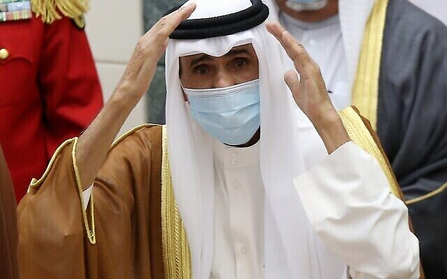 Le cheikh Nawaf al-Ahmad Al-Sabah salue la foule après avoir prêté serment en tant que nouvel émir du Koweït à l'Assemblée nationale, le 30 septembre 2020. (Yasser Al-Zayyat / AFP)