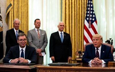 Le président serbe Aleksandar Vucic et Donald Trump signent un accord dans le bureau ovale à Washington, le 4 septembre 2020 (Crédit : Anna Moneymaker-Pool/Getty Images/AFP
