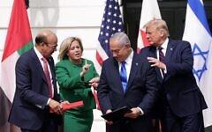 De gauche à droite : Le ministre des Affaires étrangères du Bahreïn, Abdullatif bin Rashid Al-Zayani, le Premier ministre israélien, Benjamin Netanyahu, et le président américain, Donald Trump, participent à la cérémonie de signature des Accords d'Abraham sur la pelouse sud de la Maison Blanche, le 15 septembre 2020, à Washington. (Alex Wong/Getty Images/AFP)
