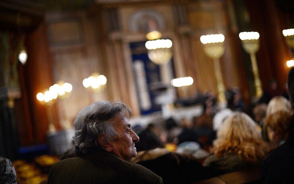 Une femme bulgare assiste à une cérémonie de commémoration à la synagogue de Sofia, l'une des plus grandes et des plus décorées dans les Balkans, le 10 mars 2013. (Dimitar Dilkoff / AFP via Getty Images / via JTA)