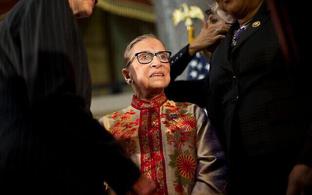 La juge Ruth Bader Ginsburg est accueillie sur scène par des membres du Congrès et leur personnel lors d'une réception annuelle du Mois de l'histoire des femmes au Statuary Hall sur Capitol Hill à Washington, le 18 mars 2015. (AP Photo / Pablo Martinez Monsivais)