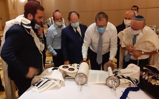 Un minyan juif organisé à l'hôtel de la délégation israélienne à Abu Dhabi, Émirats arabes unis, le 1er septembre 2020. (Crédit : Raphael Ahren / Times of Israel)