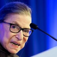 La juge de la Cour suprême des États-Unis, Ruth Bader Ginsburg, prend la parole après avoir reçu la médaille Henry J. Friendly de l'American Law Institute à Washington, le 21 mai 2018. (Jim Watson / AFP)
