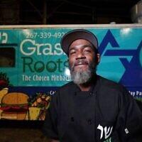 Troy Harris devant son camion-restaurant casher, Grassroots. (Joseph Kaczmarek vis JTA)
