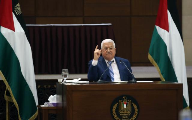 Le président de l'Autorité palestinienne  Mahmoud Abbas préside une réunion conjointe des dirigeants palestiniens suite à l'accord de normalisation conclu entre les EAU et Israël, le 18 août 2020 (Autorisation :  Wafa)