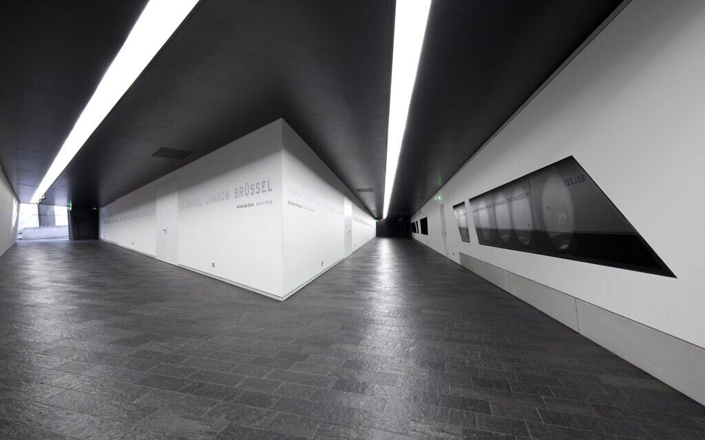 À l'intérieur du bâtiment Libeskind du musée juif de Berlin, qui a réouvert le 23 août. (Crédit : Jens Ziehe/Jewish Museum Berlin/ via JTA)