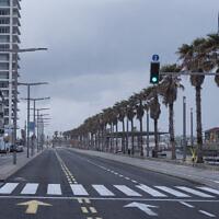 Photo d'illustration : Le front de mer de Tel Aviv et une route majeure vides au cours du confinement décidé par le gouvernement pour aider à stopper la propagation du coronavirus, le 11 avril 2020 (Crédit : AP Photo/Oded Balilty)