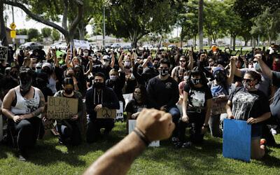 Des manifestants lèvent le poing pendant une manifestation suite à la mort de George Floyd à Anaheim, en Californie, le 1er juin 2020 (Crédit : AP Photo/Jae C. Hong, File)