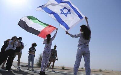 La mannequin israélienne May Tager, (à droite), brandit le drapeau d'Israël bleu et blanc avec l'étoile de David, tandis qu'à ses côtés, Anastasia Bandarenka, mannequin originaire de Russie et basée à Dubaï, agite le drapeau émirati, lors d'une séance photo à Dubaï, aux Émirats arabes unis, le dimanche 8 septembre 2020. (AP Photo/Kamran Jebreili)