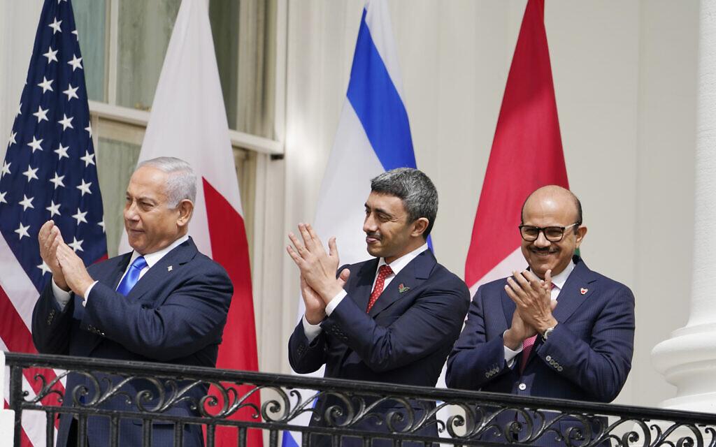 Le ministre des Affaires étrangères   Abdullah bin Zayed al-Nahyan et son homologue du Bahreïn Abdullatif al-Zayani au cours de la cérémonie des Accords d'Abraham, le 15 septembre 2020 (Crédit  : AP Photo/Alex Brandon)