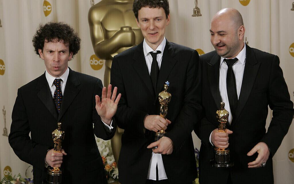 """Les scénaristes Charlie Kaufman, Michel Gondry et Pierre Bismuth avec leur Oscar du meilleur scénario original pour """"Eternal Sunshine of the Spotless Mind"""", le 27 février 2005, à Los Angeles. (AP Photo/Reed Saxon)"""