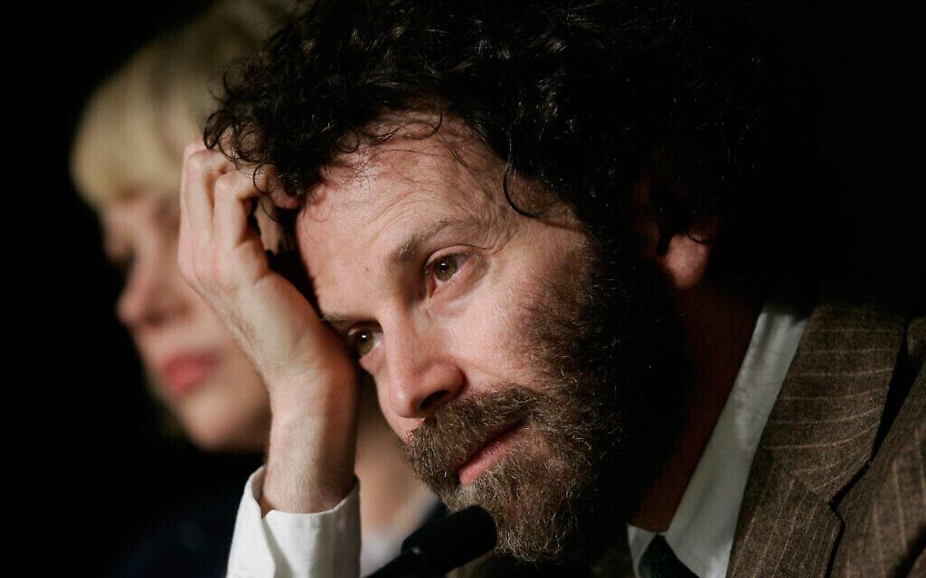 """Charlie Kaufman répond aux questions des journalistes lors d'une conférence de presse autour de son film """"Synecdoche, New York"""", présenté au 61e festival de Cannes, le 23 mai 2008. (AP Photo/Francois Mori)"""