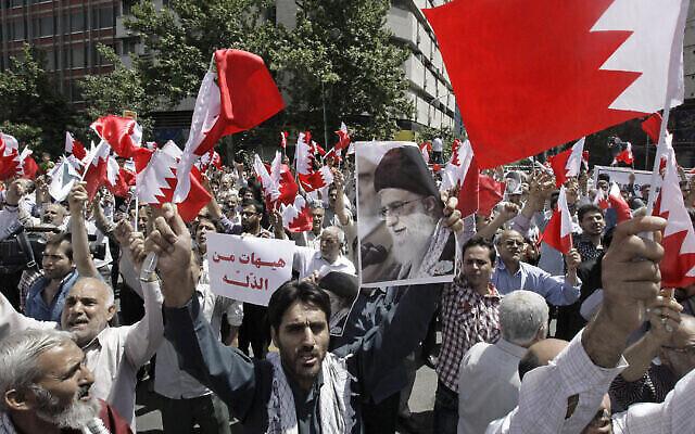 Illustration : Des Iraniens agitent des drapeaux bahreïnis alors qu'ils scandent des slogans lors d'une manifestation à Téhéran, en Iran, le 18 mai 2012. (AP Photo / Vahid Salemi)