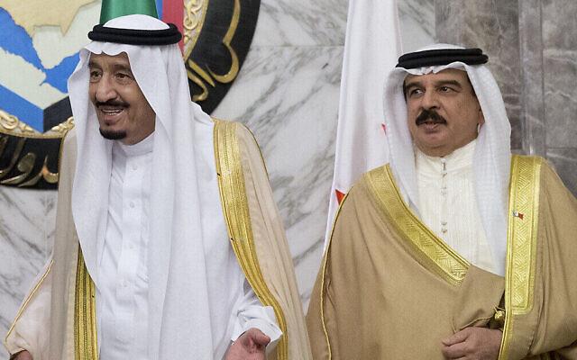 Le roi Salmane d'Arabie saoudite et le roi de Bahreïn Hamad bin Isa al Khalifa lors du sommet du Conseil de coopération du Golfe à Riyad, en Arabie saoudite, le jeudi 21 avril 2016. (Crédit : AP / Carolyn Kaster)