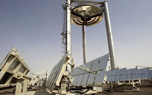 Un projet innovant d'énergie solaire à Masdar City à Abu Dhabi, aux Émirats arabes unis, le 16 janvier 2011. (AP Photo/Kamran Jebreili, File)