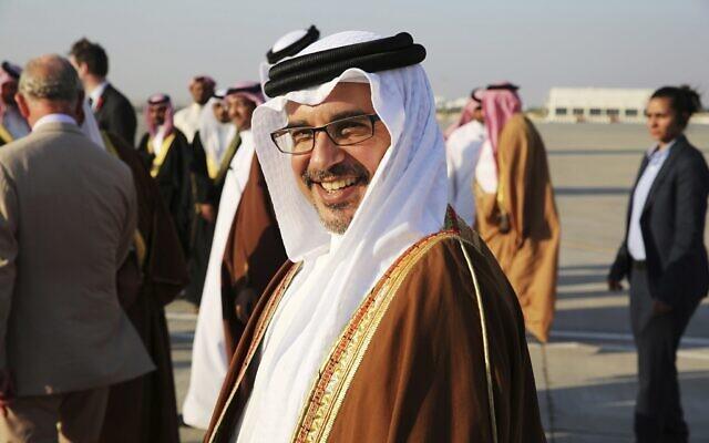 Le prince héritier de Bahreïn Salmane ben Hamad Al Khalifa sourit en voyant le prince Charles et son épouse Camilla à Manama, Bahreïn, le vendredi 11 novembre 2016 (Crédit : AP / Jon Gambrell)