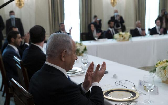 Le Premier ministre israélien Benjamin Netanyahu applaudit avant un déjeuner dans la salle à manger de la Maison Blanche après la cérémonie de signature des Accords d'Abraham sur la pelouse sud de la Maison Blanche, mardi 15 septembre 2020 à Washington. (AP/Alex Brandon)