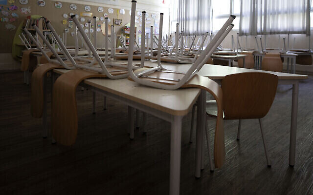 La salle vide d'une école élémentaire avant le nouveau confinement national pour stopper la propagation de l'épidémie de coronavirus à Tel Aviv, en Israël, le 17 septembre 2020 (Crédit :AP Photo/Sebastian Scheiner)