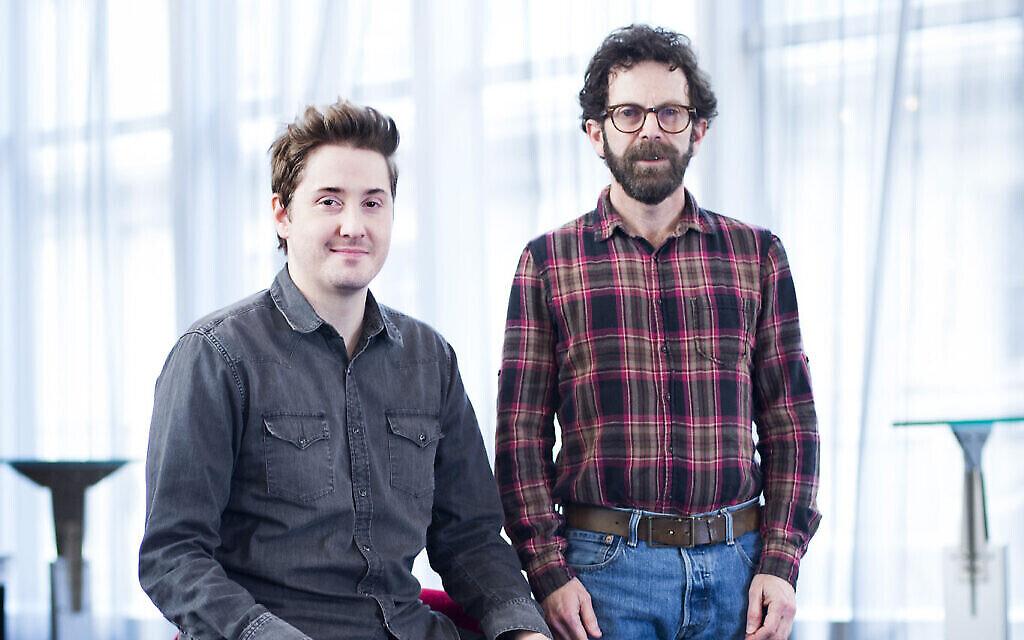 """Les réalisateurs Duke Johnson et Charlie Kaufman prennent la pose à New York pour la promotion de leur film, """"Anomalisa"""", le 30 novembre 2015. (AP images)"""
