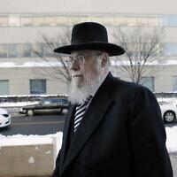 Le rabbin Mendel Epstein, à droite, arrive pour son procès dans une cour fédérale de Trenton, dans le New Jersey (Crédit : AP Photo/Mel Evans)