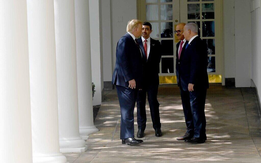 De gauche à droite : le président américain Donald Trump, le ministre des Affaires étrangères des EAU, Abdullah bin Zayed Al-Nahyan, le ministre des Affaires étrangères du Bahreïn, Abdullatif al-Zayani, et le Premier ministre israélien Benjamin Netanyahu discutent à la Maison Blanche à l'occasion de la signature des Accords Abraham, le 15 septembre 2020 (Avi Ohayon / Cabinet du Premier ministre)