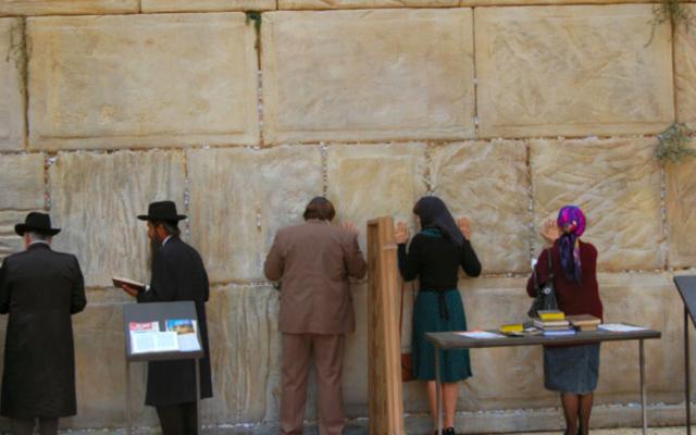 L'acteur Gérard Depardieu et l'actrice Fanny Ardant, au mur Occidental, à Jérusalem, dans le film «Hello Goodbye» de Graham Guit (2008). (Crédit : SND)