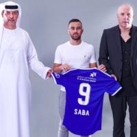 Diaa Sabia entouré de membres de l'encadrement du club Al-Nasr de Dubaï. (Crédit : alnasrclub.com)