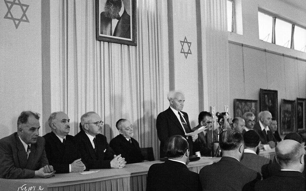 Le premier Premier ministre d'Israël, David Ben-Gurion, lors de la signature de la déclaration d'indépendance. (Autorisation : The Photo House)