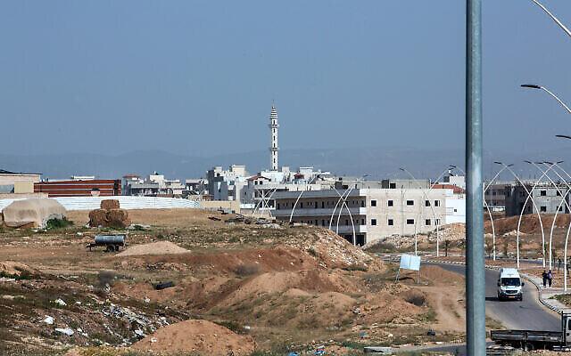 La ville bédouine de Rahat, dans le sud d'Israël, le 8 avril 2019. (Crédit : Moshe Shai / Flash90)