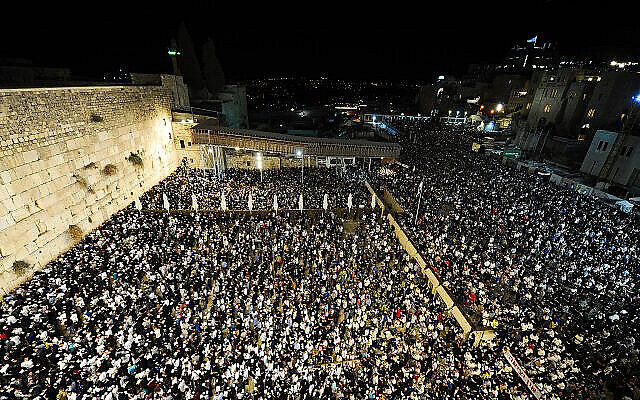 Des milliers de personnes prient au mur Occidental, dans la Vieille Ville de Jérusalem, en 2019. (Crédit : Yonatan Sindel/Flash90)
