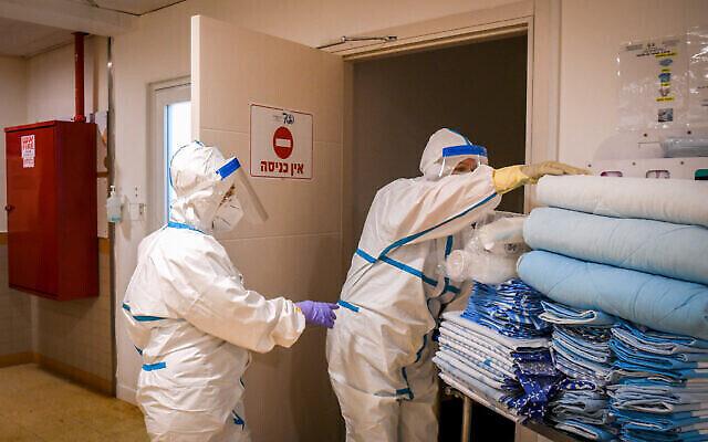 Illustration : Des employés de l'unité coronavirus du centre médical Sheba à Ramat Gan, le 27 juillet 2020. (Yossi Zeliger/Flash90)