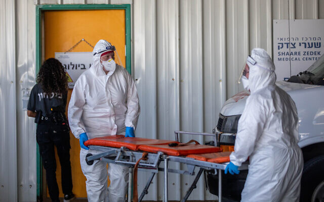 Des personnels du Magen David Adom vêtus d'habits de protection aux abords de l'unité du coronavirus de l'hôpital Shaare Zedek de Jérusalem, le 6 septembre 2020 (Crédit : Yonatan Sindel/Flash90)