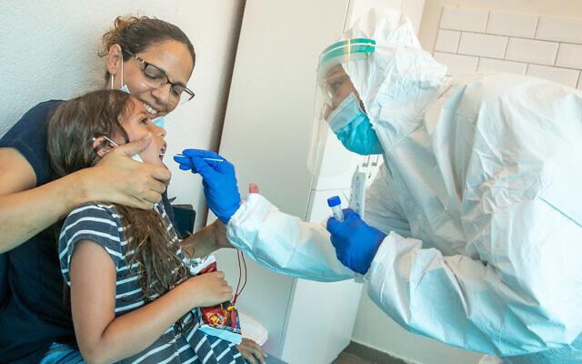 Des agents de l'organisation de services de santé Clalit  ont prélevé des échantillons auprès d'Israéliens pour vérifier s'ils ont été infectés par le coronavirus dans un centre de test, à Modiin Illit, le 7 septembre 2020. (Crédit : Yossi Aloni/FLASH90)