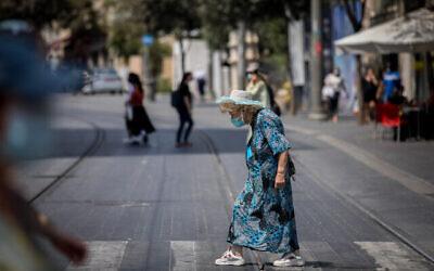 Des gens marchent avec des masques faciaux dans la rue Jaffa à Jérusalem le 10 septembre 2020. (Crédit : Yonatan Sindel / Flash90)