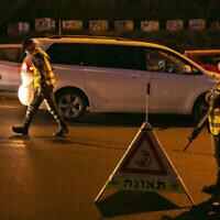 Des policiers appliquent un couvre-feu nocturne à l'entrée du quartier de Ramot à Jérusalem le 13 septembre 2020. (Crédit : Yonatan Sindel / Flash90)