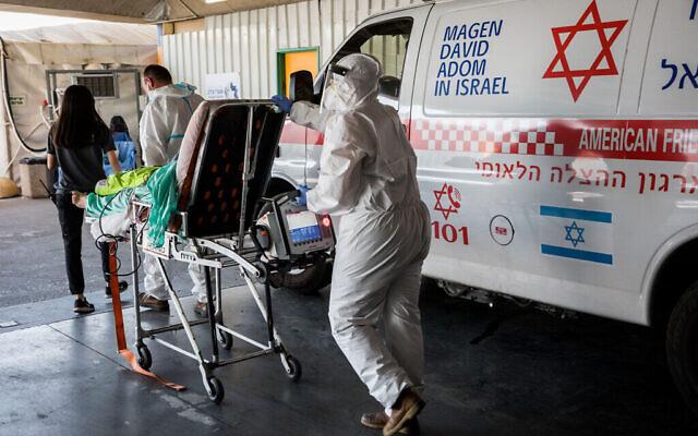 Personnel médical du Magen David Adom avec des vêtements de protection devant l'unité coronavirus de l'hôpital Shaare Tsedek à Jérusalem, le 14 septembre 2020. (Crédit : Nati Shohat / Flash90)