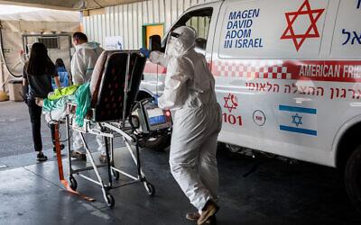 Des agents du Magen David Adom portant des vêtements de protection devant l'unité de lutte contre le coronavirus de l'hôpital Shaare Zedek à Jérusalem, le 14 septembre 2020. (Nati Shohat/Flash90)