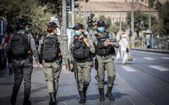 Des agents de la police des frontières israéliens au marché Mahane Yehuda de Jérusalem à la veille du Nouvel an juif, le 28 septembre 2020 (Crédit :   Yonatan Sindel/Flash90)