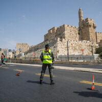 La police installée à un checkpoint temporaire aux abords de la Vieille Ville de Jérusalem durant un confinement national dû au coronavirus, le 19 septembre 2020 (Crédit : Yonatan Sindel/Flash90)