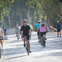 Des cyclistes à vélo dans un parc de Tel Aviv, le 20 septembre 2020 (Crédit : Miriam Alster/Flash90)