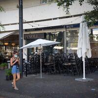 Des cafés et des restaurants fermés à Tel Aviv, le 22 septembre 2020 (Crédit : Miriam Alster/Flash90)