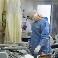 Les personnels du centre médical Kaplan dans l'unité de coronavirus de l'hôpital, à Rehovot, le 22 septembre 2020 (Crédit : Yossi Zeliger/Flash90)