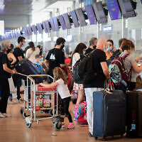 Les passagers à l'aéroport international Ben-Gurion pendant un confinement national, le 24 septembre 2020 (Crédit : Avshalom Sassoni/Flash90)